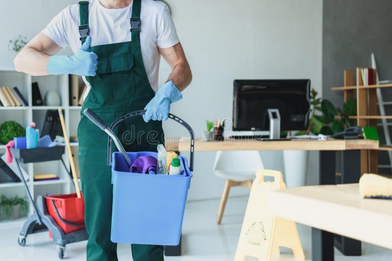 kantjusterat skott av den yrkesmässiga rengöringsmedelinnehavhinken med lokalvårdtillförsel och uppvisning fotografering för bildbyråer