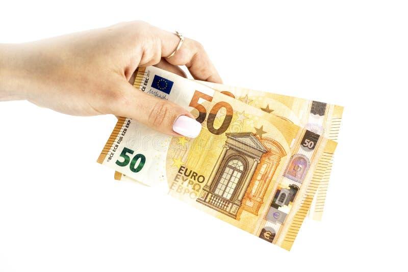 Kantjusterat skott av en oigenk?nnlig sedel f?r euro f?r kvinnahandinnehav arkivfoto
