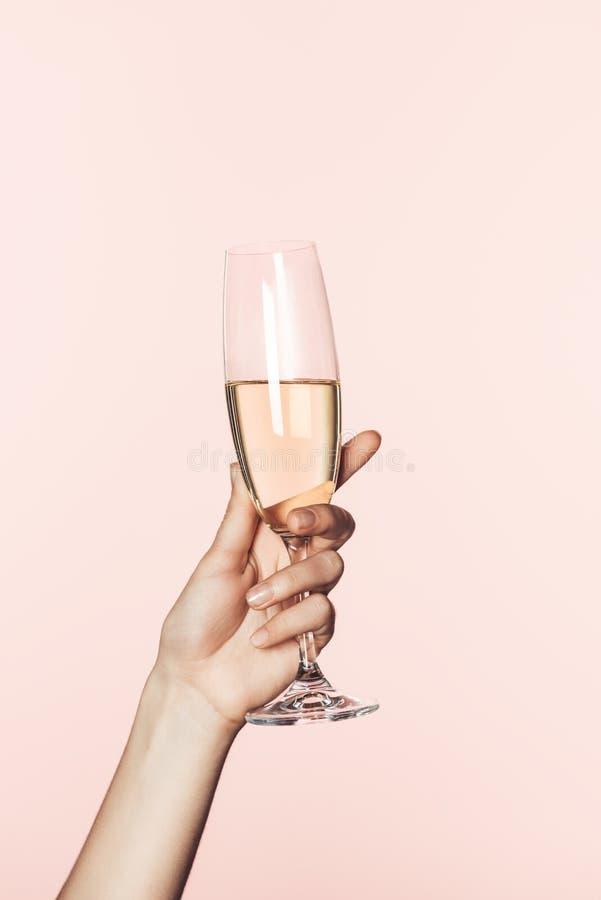 kantjusterat skott av kvinnabifallet vid champagneexponeringsglas royaltyfri bild