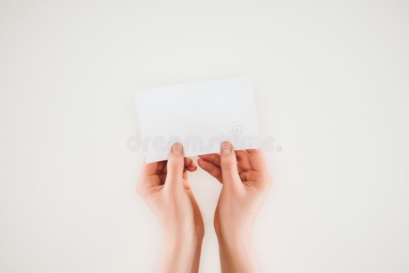 kantjusterat skott av kvinnan som rymmer tomt papper i händer arkivbilder