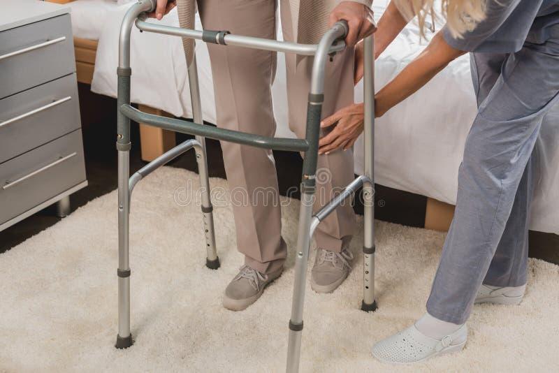 kantjusterat skott av patienten för sjuksköterskaportionpensionär fotografering för bildbyråer