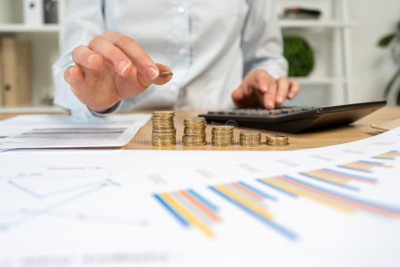 Kantjusterat tätt upp ekonom eller financi för analysrevisorbankir arkivbilder