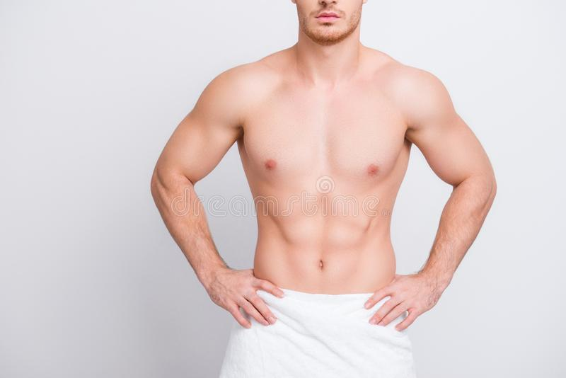 Kantjusterat tätt upp fotoet av den shirtless sexiga frestande muskulösa attraen arkivfoto