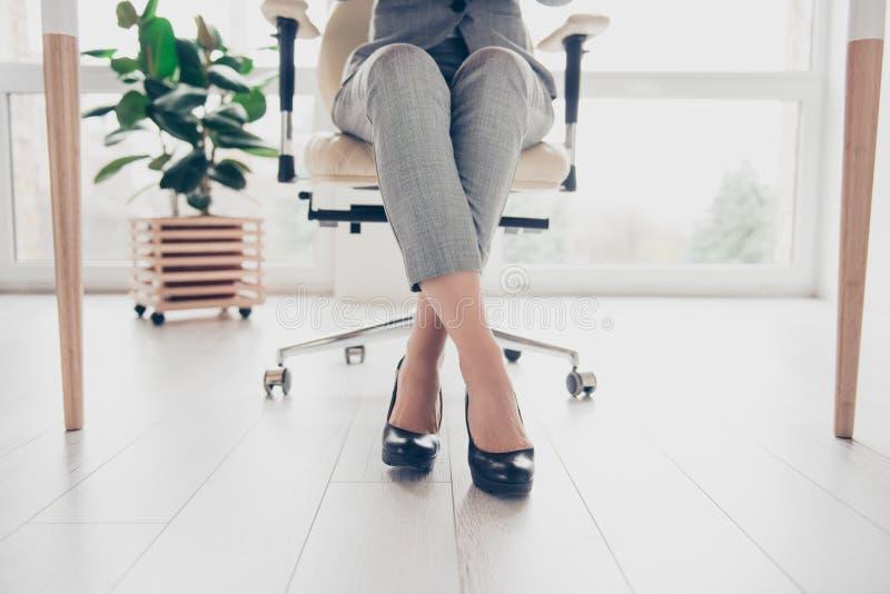 Kantjusterat tätt upp fotoet av sund härlig ` s för den eleganta kvinnan lägger benen på ryggen arkivbild
