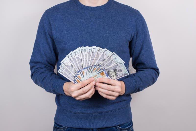 Kantjusterat tätt upp studiofotoet av den tillfredsställda grabben vet hur man gör pengar isolerad grå bakgrund royaltyfri fotografi