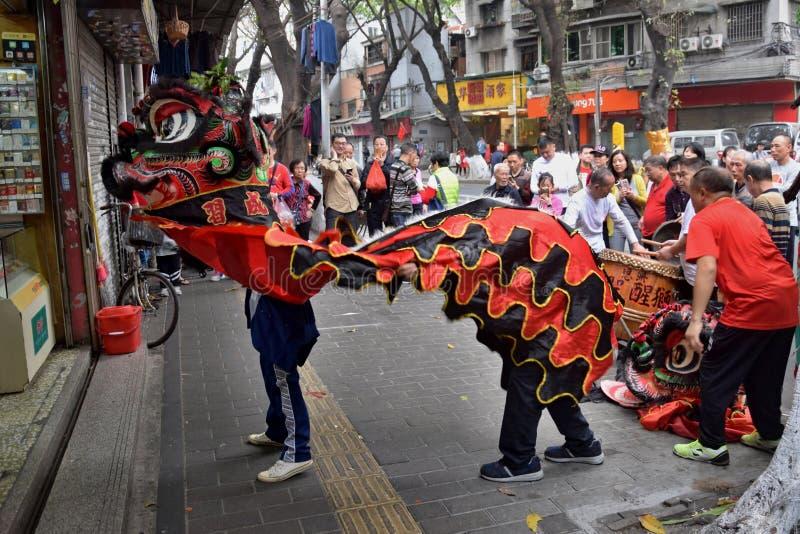 """KANTON, CHINA € """"CIRCA FEBRUARI 2019: De krijgskunstkunstenaars geven prestaties van Lion Dance stock afbeeldingen"""
