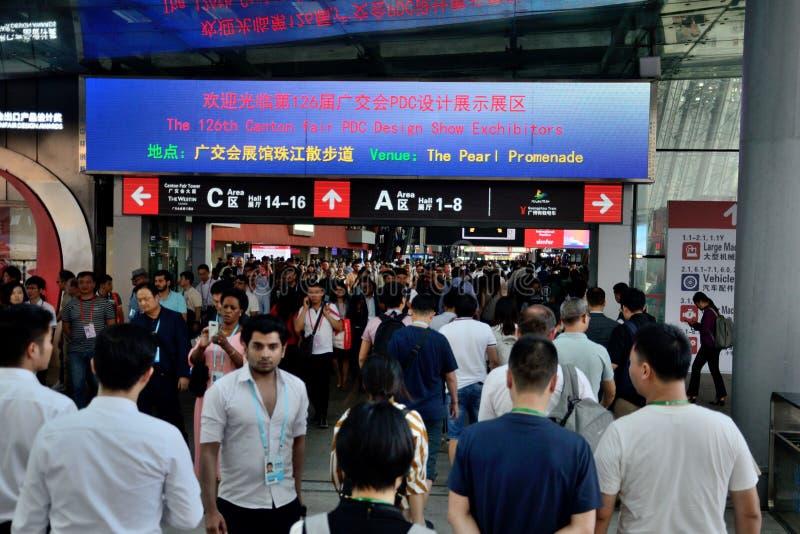 Kanton Fair-besökare i huvudkorridoren royaltyfri fotografi