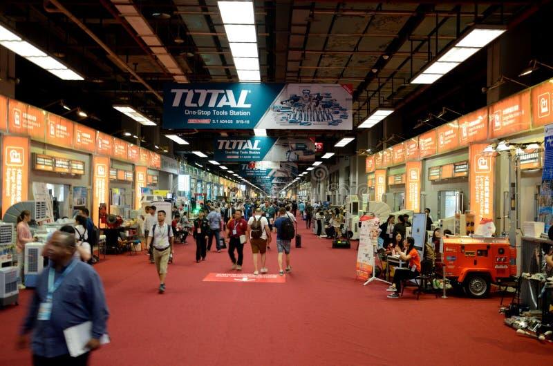 Kanton Fair-besökare i korridoren royaltyfri bild