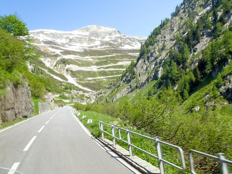 Kanton Valais Väg som klättrar det Furka passerandet arkivfoto