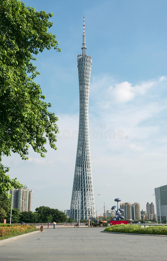 Kantonu wierza pod niebieskim niebem, Guangzhou TV, Zwiedzający wierza, miasto punkt zwrotny i kurort przy Guangzhou, obciosujemy zdjęcia royalty free