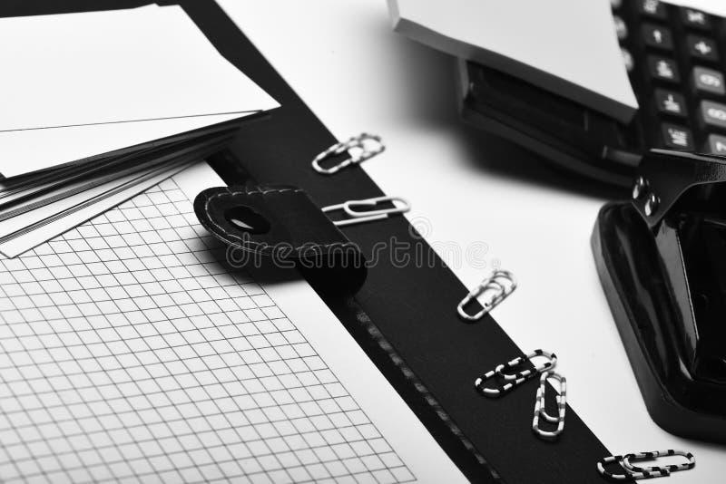 Kantoorbehoeften en leer behandeld notitieboekje met blanco pagina's stock afbeelding