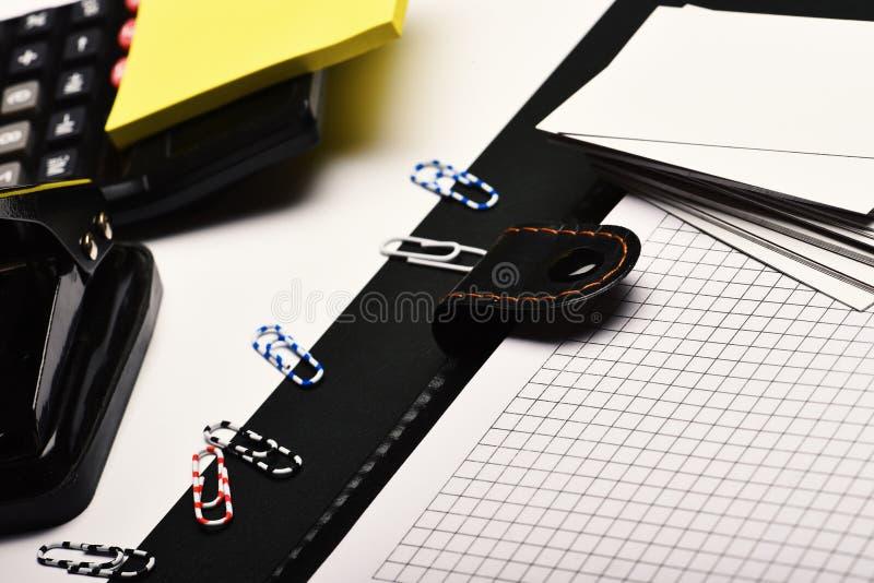 Kantoorbehoeften en leer behandeld notitieboekje met blanco pagina's stock foto
