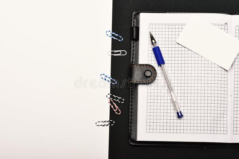 Kantoorbehoeften en leer behandeld notitieboekje met exemplaarruimte royalty-vrije stock fotografie
