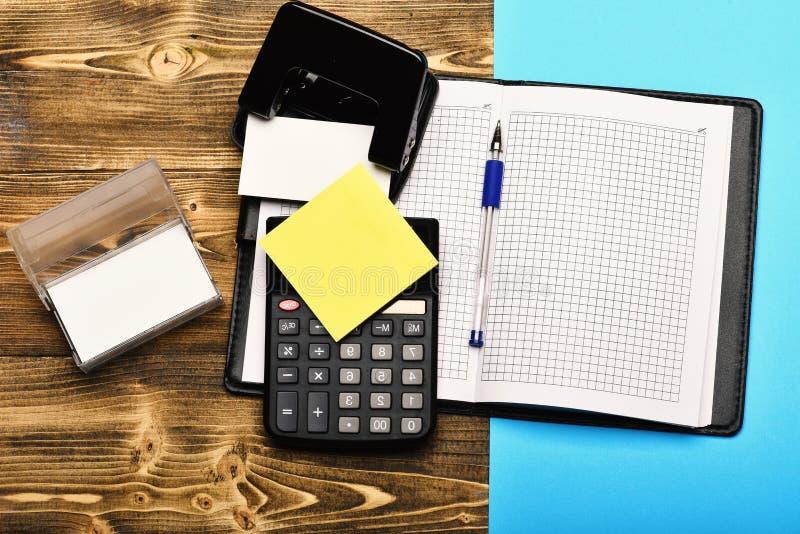Kantoorbehoeften en open leer behandeld notitieboekje als bedrijfsconcept stock afbeeldingen