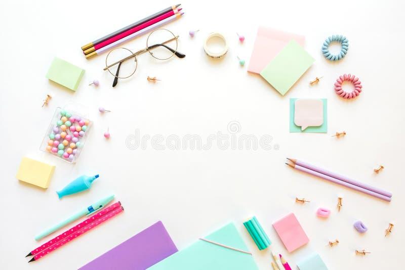 Kantoorbehoeften, meisje in pastelkleuren wordt geplaatst die Voor witte omhoog geïsoleerde achtergrond, flatlay, spot Hoogste me royalty-vrije stock foto's