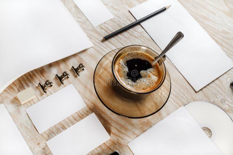 Kantoorbehoeften met koffiekop stock fotografie