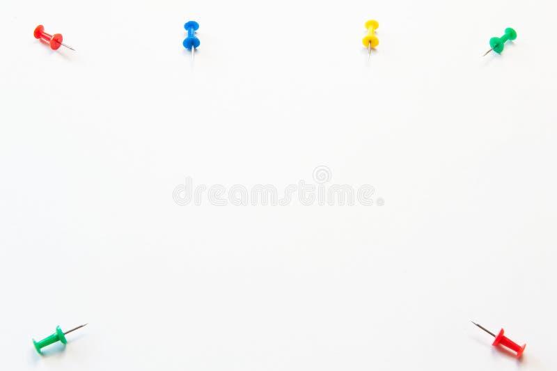 Kantoorbehoeften op witte achtergrond Multi-colored knopen van document royalty-vrije stock afbeeldingen