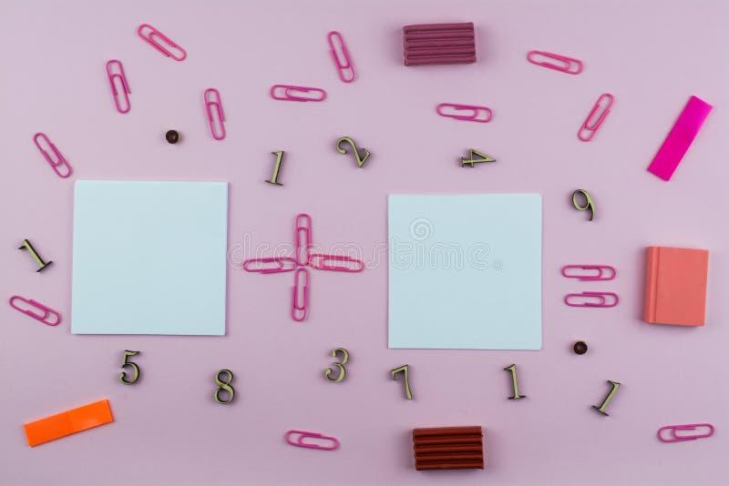 Kantoorbehoeften voor de school van roze en rode kleur, leden en wiskundige symbolen op een roze achtergrond Ruimte voor tekst stock fotografie