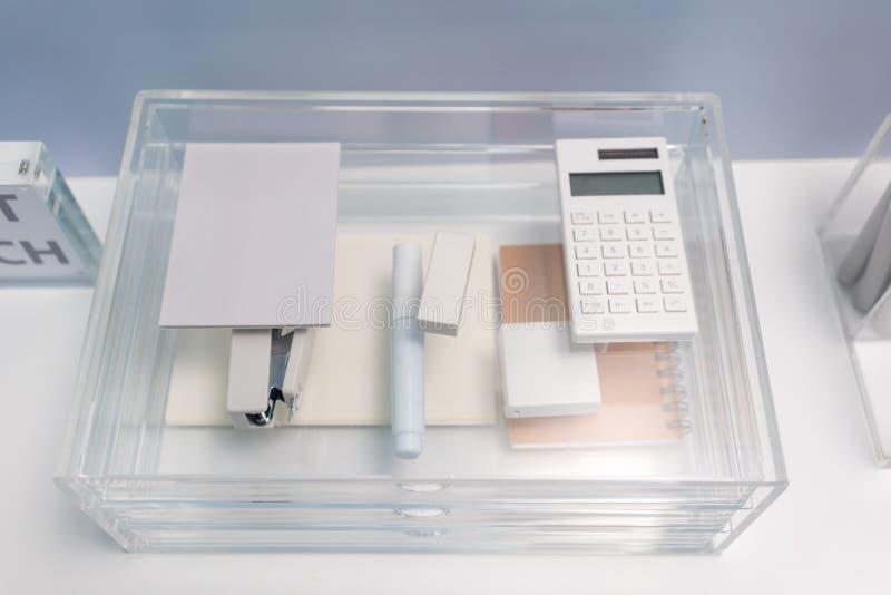 Kantoorbehoeftenpunten in transparante acrylglasorganisator met dra royalty-vrije stock foto's
