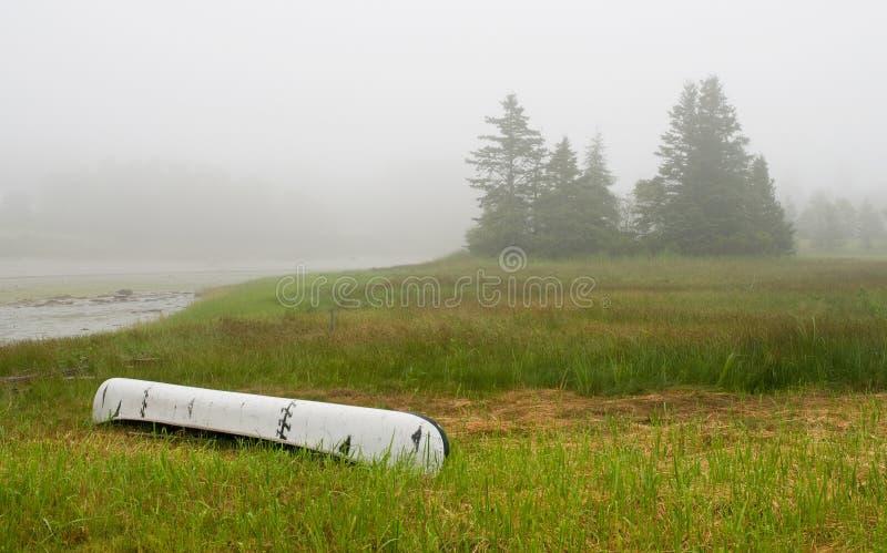 Kanu auf Eingang im Nebel stockbild