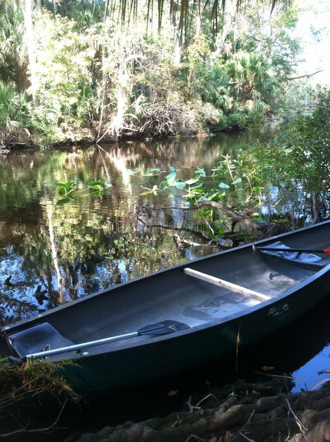 Kanu auf Fluss lizenzfreies stockbild