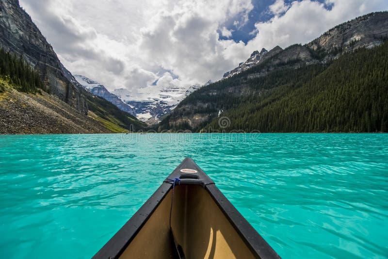 Kanu auf Lake Louise stockfotos
