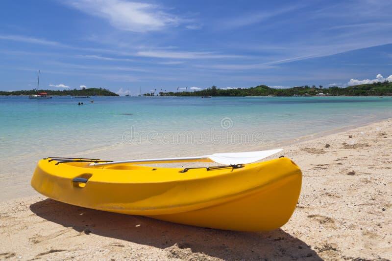 Kanu auf Strand lizenzfreie stockfotografie