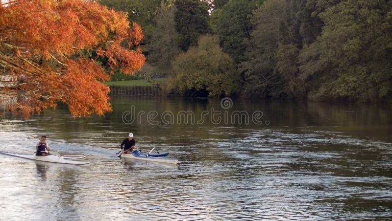 Kanu im Fluss stockfotos