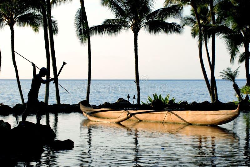Kanu-u. Palmen in dem Ozean stockfotos