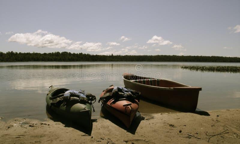 Kanu und Kajak auf See stockfoto