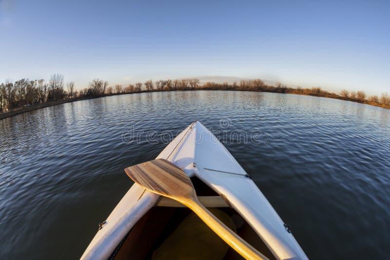 Kanubogen und -paddel lizenzfreie stockfotografie