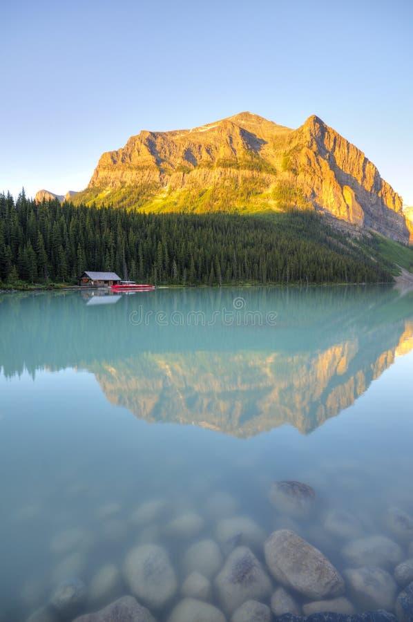 Kanudock auf Lake Louise lizenzfreie stockbilder