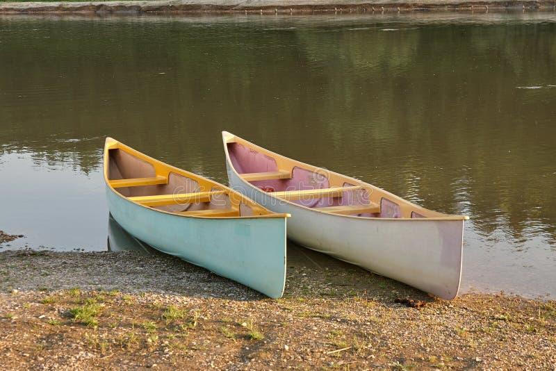 Kanus auf dem Flussufer lizenzfreie stockbilder