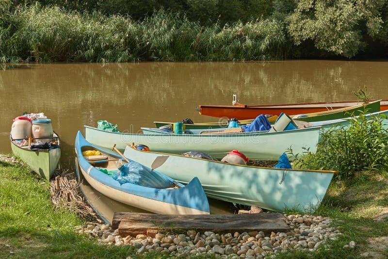Kanus auf dem Flussufer stockbild