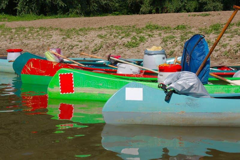 Kanus auf dem Flussufer lizenzfreie stockfotos