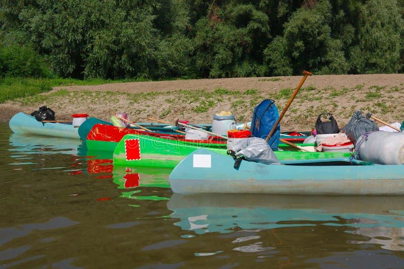Kanus auf dem Flussufer stockfotografie