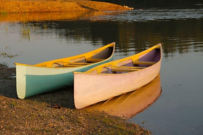 Kanus auf dem Flussufer lizenzfreies stockbild