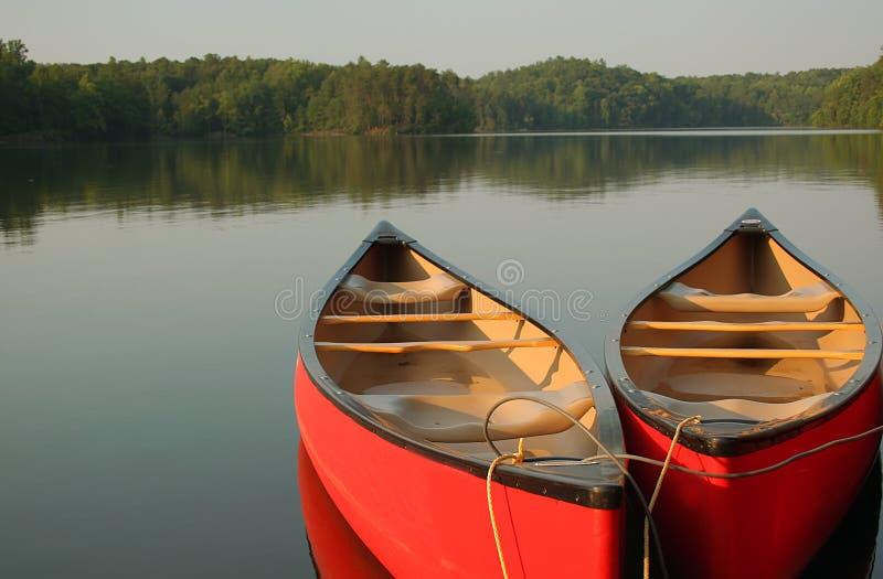 Kanus auf dem See lizenzfreie stockfotografie