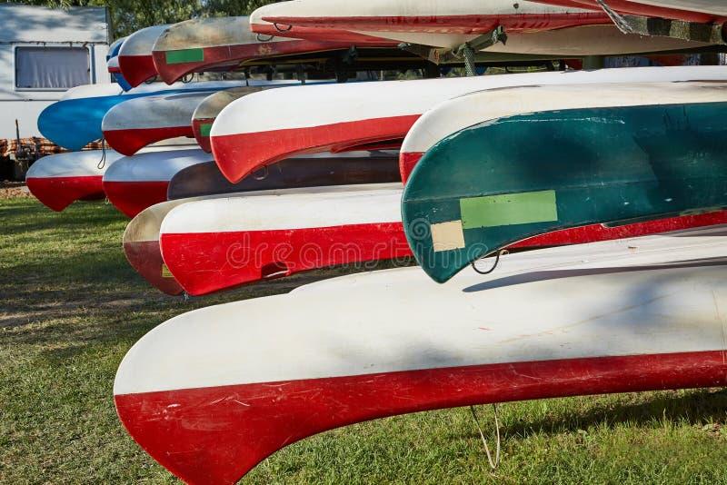 Kanus in einem Lager stockfoto