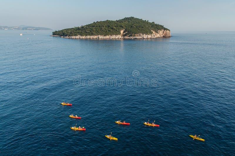 Kanus im adriatischen Meer lizenzfreies stockfoto