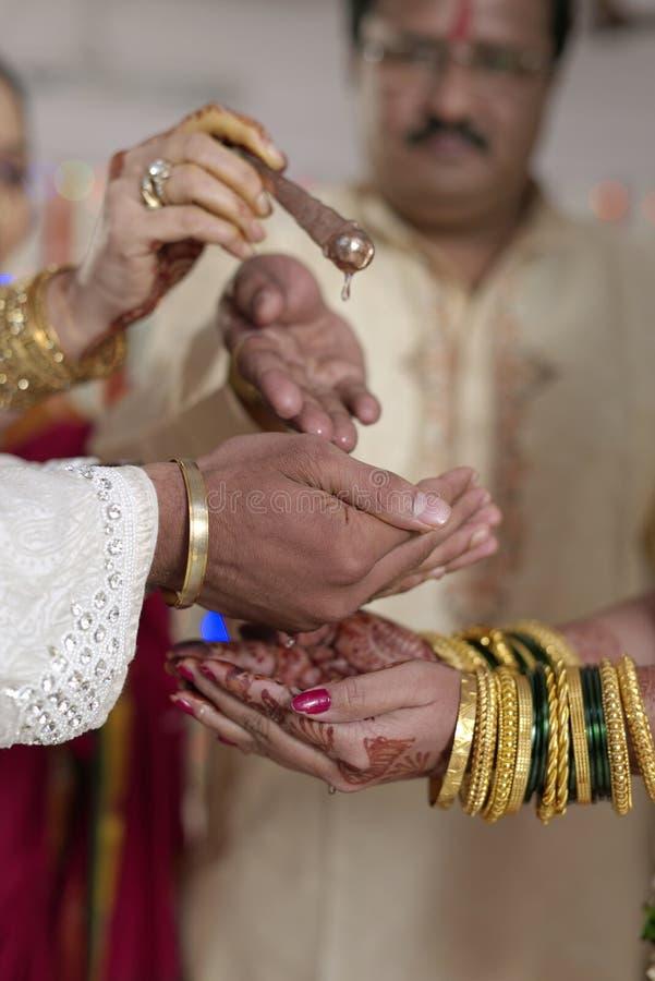 Kanya Daan Ritual no casamento hindu indiano fotografia de stock royalty free