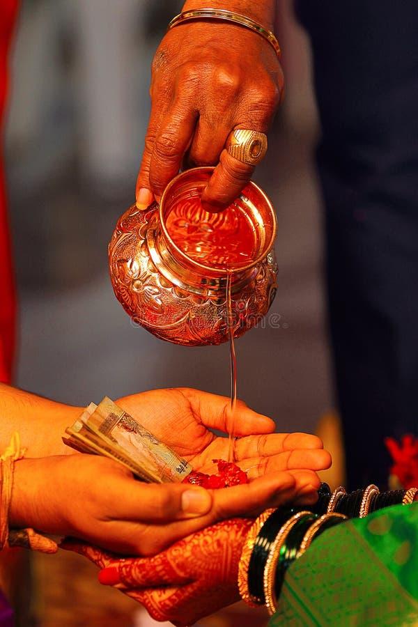 Kanyadaan o regalo de una ceremonia virginal, ritual hindú de la boda imagenes de archivo