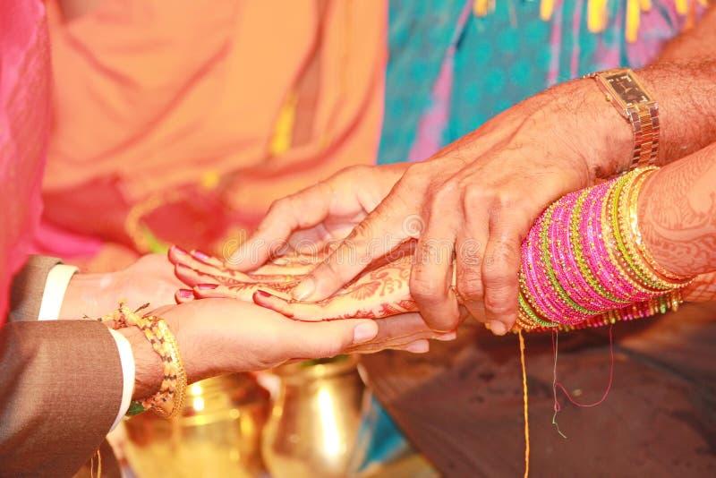 Kanyadanam an einer indischen Südheirat lizenzfreie stockbilder