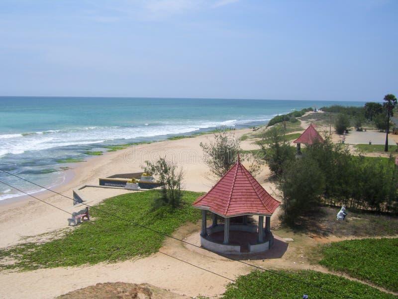 Kanyakumari, Tamil Nadu, Inde - 9 octobre 2008 vue aérienne des huttes de cottage de terre cuite à la plage de mer image stock