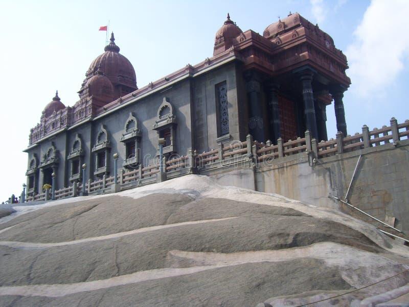Kanyakumari Tamil Nadu, Indien - Oktober 7, 2008 vaggar röd och grå färg Vivekananda minnesmärken royaltyfri bild