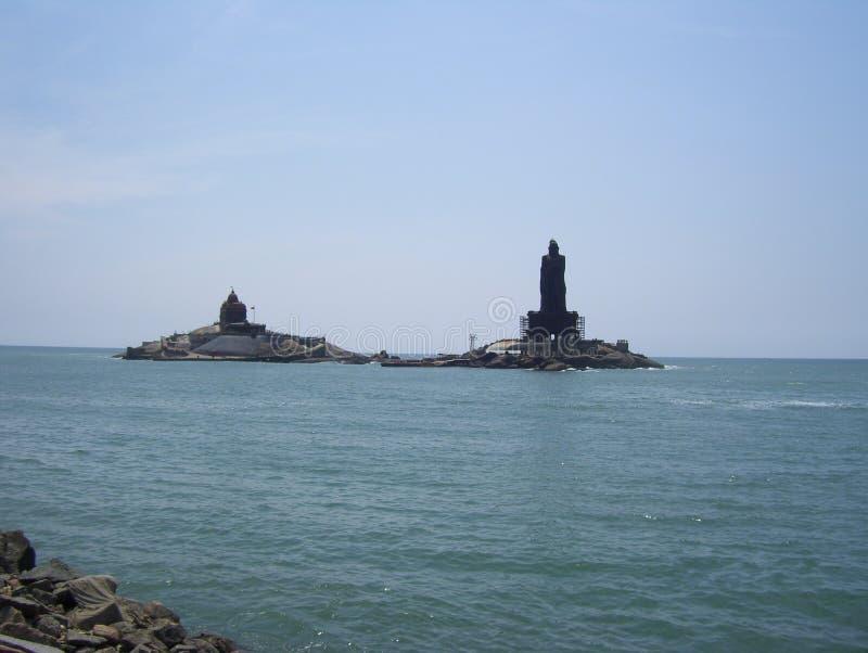 Kanyakumari Tamil Nadu, Indien - Oktober 7, 2008 vaggar Vivekananda minnesmärken och den Thiruvalluvar statyn på små öar royaltyfri bild