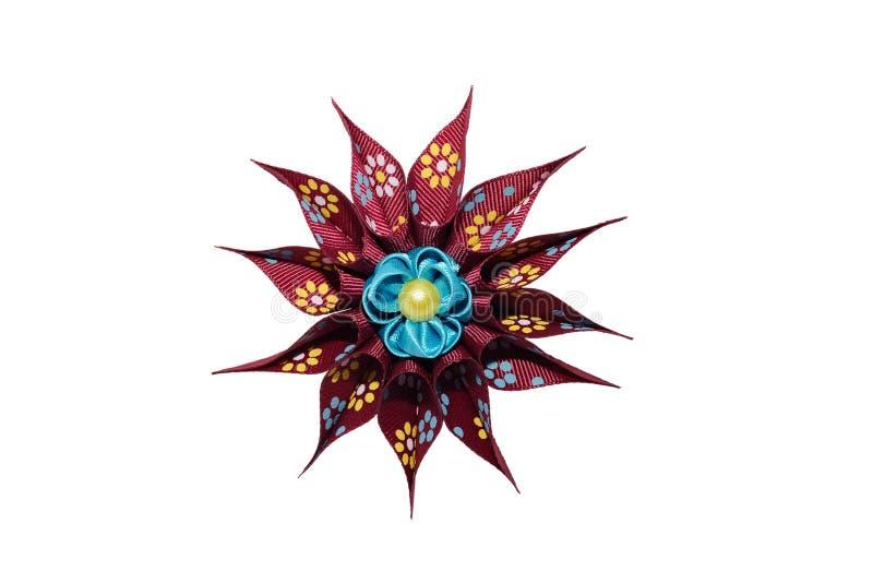 Kanzashi Blå konstgjord blomma på den rödbruna stjärnan som isoleras på whit royaltyfria foton