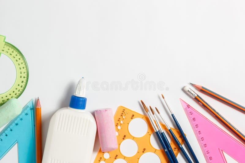 Kanzleigericht für Schule auf einem weißen Hintergrund lizenzfreies stockfoto