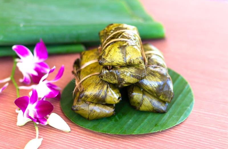 Kao-Tom-Schlamm eingewickelt mit Bananenblatt Siamesischer Nachtisch stockfoto