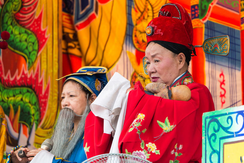 KAOHSIUNG, TAIWAN - 21 APRILE: L'acrobatica di gente-abitudine nella t fotografia stock